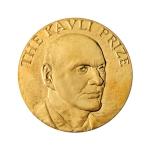 De grote, puur gouden, medaille die de Kavli-prijswinnaars ontvangen.