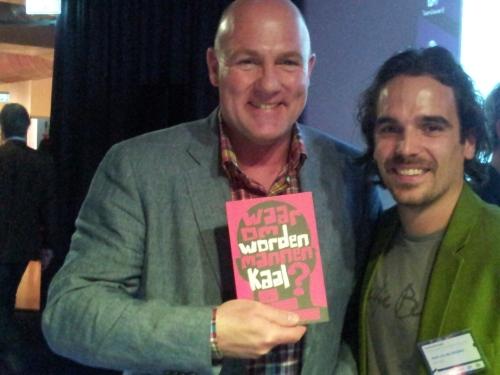 Astronaut André Kuipers was erg tevreden toen ik hem het boek 'Waarom worden mannen kaal?' overhandigde.