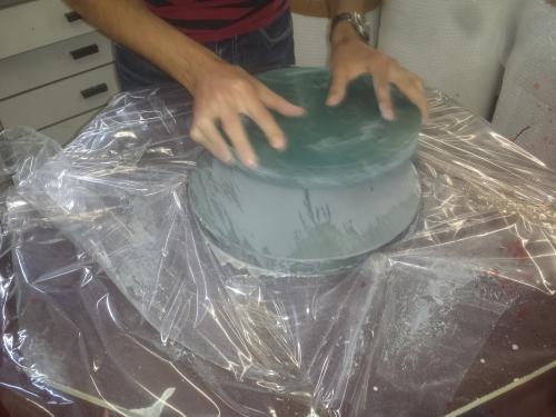 Door twee glasschijven over elkaar heen te schuren wordt de onderste bol, de bovenste hol.