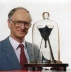Het pekdruppelexperiment met onderzoeker John Mainstone in 1990. (The University of Queensland)