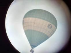 Een luchtballon fotograferen is lastig, hij beweegt zo snel.